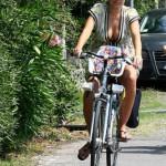 Alena Seredova sexy mammina in bicicletta